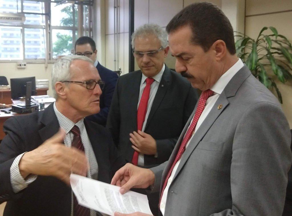 O deputado Itamar Borges recebe ofício do Sincomavi em relação à fiscalização.